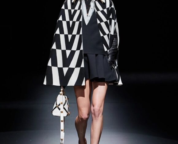 Cape et Logo V Pour La Collection Valentino AH 2021